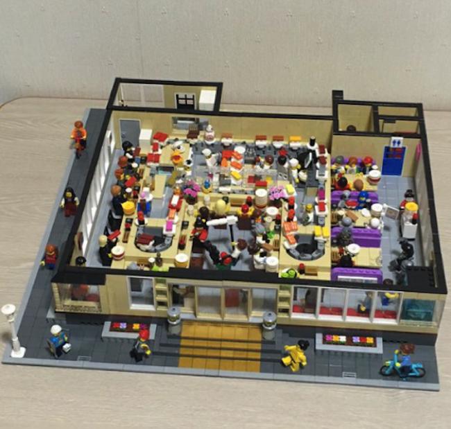 芸が細かすぎる。日本人が作った「レゴの回転寿司屋」が海外で話題