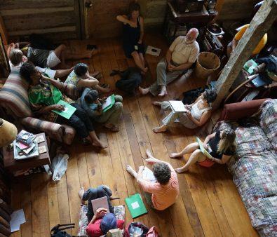 室内でのディスカッション風景。どんな議論が交わされているのでしょうか