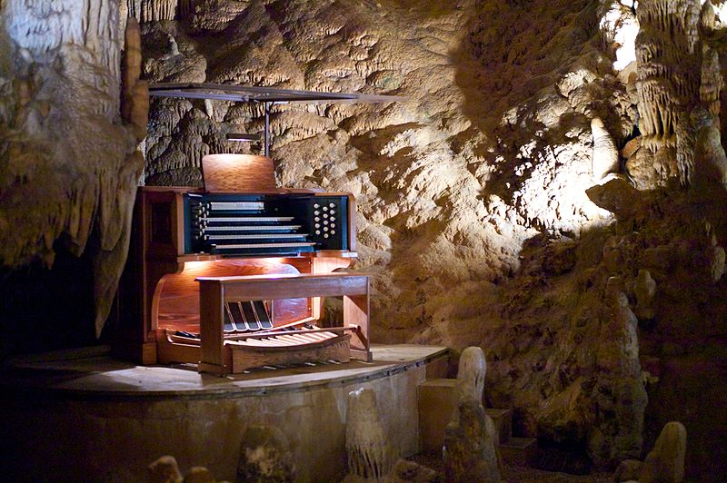 Stalacpipe_Organ_booth_at_Luray_Caverns_(2012-03-24_19.25.14_by_Jon_Callas)