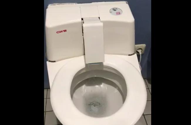 え、そこが動くの? ドイツのトイレが驚きの進化を遂げていた…