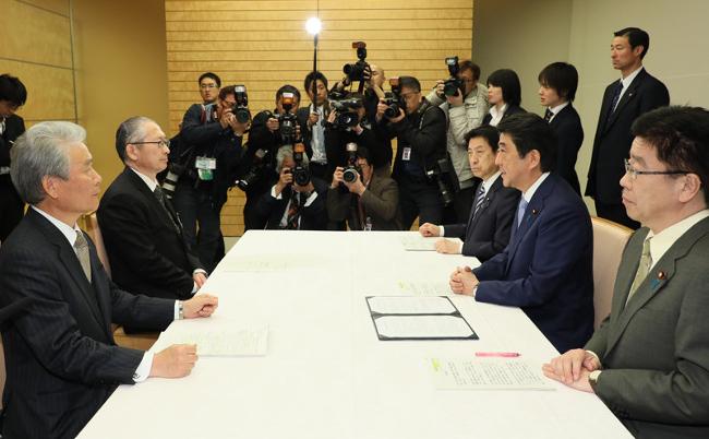 日本、過労死ね。残業「月最大100時間」合意を新聞はどう伝えたか