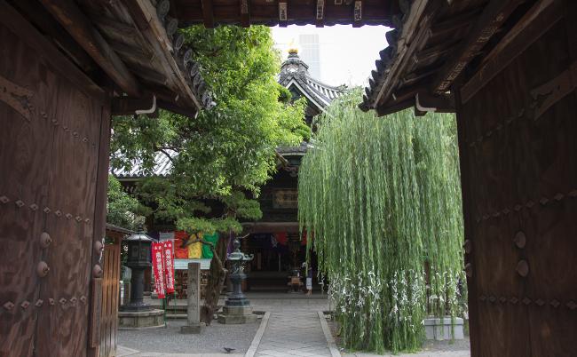 聖徳太子が建てた華道の聖地。京都のおへそ「六角堂」を往く
