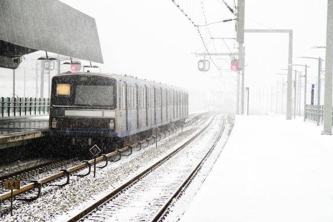 なぜ首都圏の電車はこうも雪に弱いのか?在米作家がメカニズムを解説