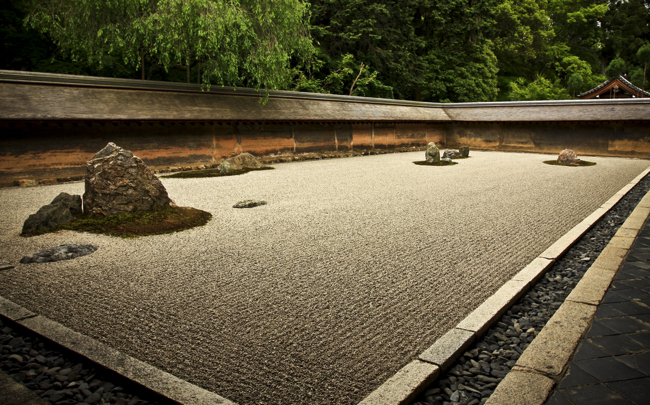 15個の石が意味するものは?京都・龍安寺の石庭に隠されたメッセージ