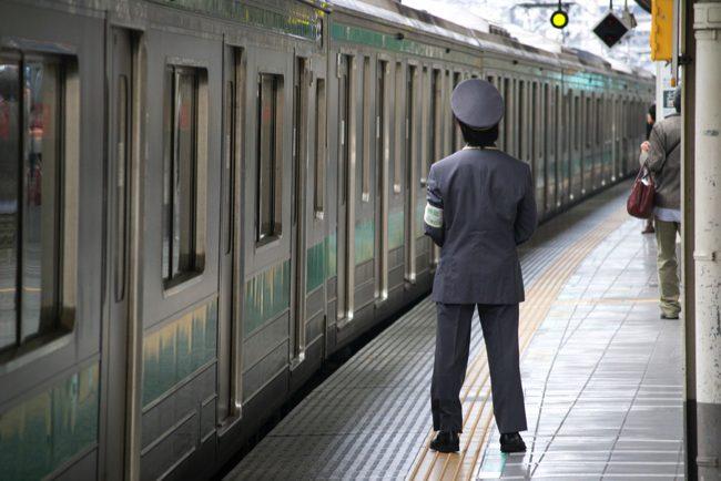 「俺の会社ブラック…」電車内のオッサン2人の会話がツラすぎる
