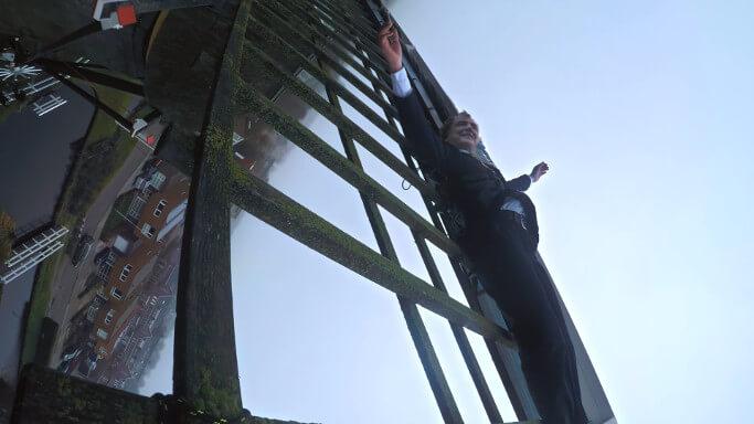 「出川かよ…」鉄道会社が社長を風車に縛って回す謎パフォーマンス