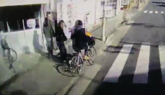 これはヤメテほしい! 突然車道に飛び出してくる自転車が危険すぎる