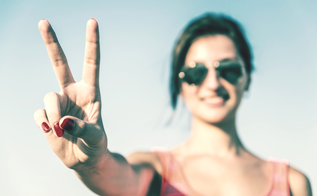 「SNSピース写真」は指紋認証の危険性? 真偽を人気コンサルが斬る