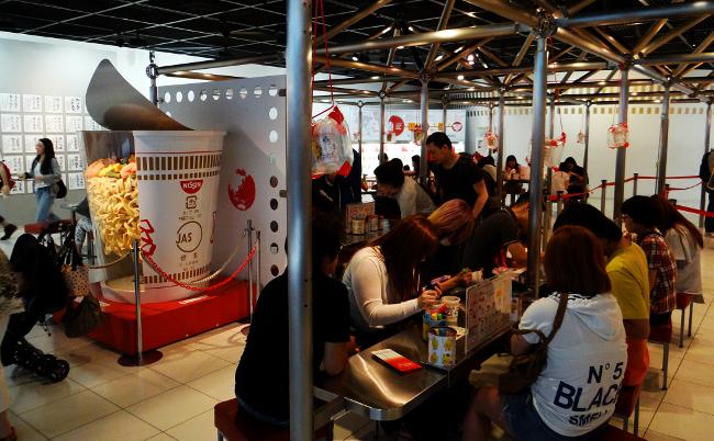 なぜ日清のラーメン記念館は、客に唯一無二のマイ・カップ麺を作らせるのか?