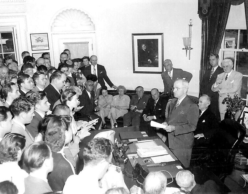 800px-President_Truman_announces_Japan's_surrender