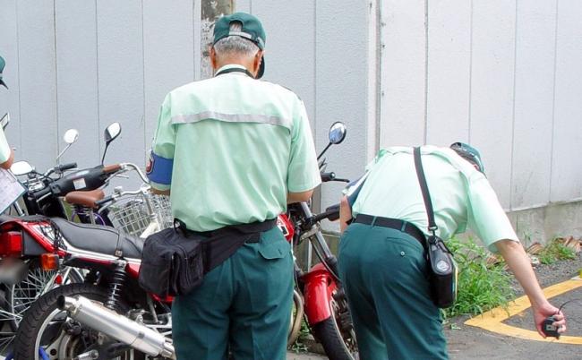 緑の「駐車監視員」を尾行してわかった、許せない取り締まり術