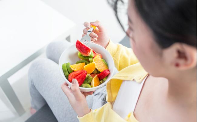 桃を食べたら喉がカユい。果物アレルギーと花粉症の意外な関係