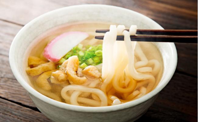 京都の「きつねうどん」の油揚げが細く刻まれている深い理由