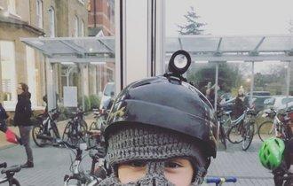 ロンドンの小学校で見かけた少年の帽子が、想像以上に自由すぎた